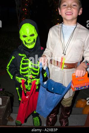 Halloween Trick oder Treaters im Skelett und Explorer Kostüme mit UNICEF Sammlung box Alter 6 und 8. St Paul Minnesota - Stockfoto