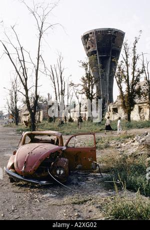 Vukovar, Kroatien, unter serbischer Kontrolle, Februar 1992: die Menschen gehen über den Trümmern, 15.000 Menschen - Stockfoto