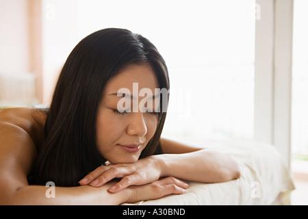 Frau auf Massagetisch - Stockfoto