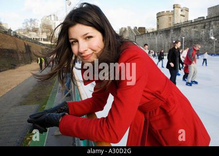 Porträt einer jungen Frau in eine Eisbahn eingerichtet außerhalb der Tower of London. - Stockfoto