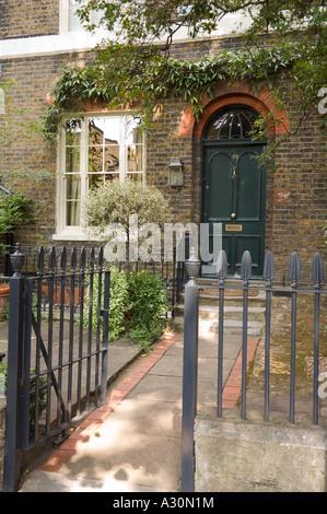 Offenes Tor zum grünen Eingangstür des Londoner Stadthaus - Stockfoto