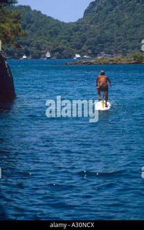 Alter Mann mit dem Surf-Fahrrad Hamam Bucht Fethiye Bucht Türkei - Stockfoto