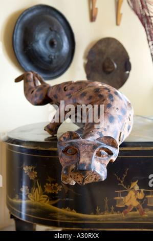 Aus Holz geschnitzte Geparden auf Flügel mit afrikanischen Schilde im Hintergrund - Stockfoto