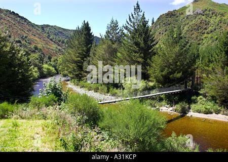 Hängebrücke über den Fluss Inangahua am Rande der kleinen Stadt von Reefton, Südinsel, Neuseeland. - Stockfoto