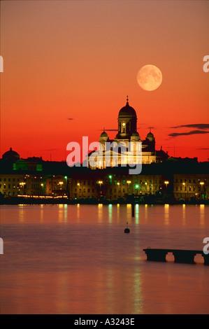 Senatsplatz Kathedrale unter Vollmond bei Sonnenuntergang Helsinki Finland - Stockfoto