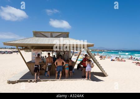 Erfrischungen stehen am Strand, Parque Natural de Las Dunas de Corralejo, Fuerteventura, Kanarische Inseln, Spanien - Stockfoto