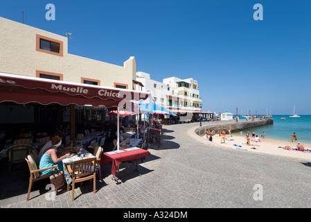 Strand, Promenade und Café im Resort im Zentrum, Corralejo, Fuerteventura, Kanarische Inseln, Spanien - Stockfoto