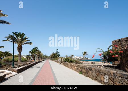 Promenade und Strand, Playa Bastian, Costa Teguise, Lanzarote, Kanarische Inseln, Spanien - Stockfoto