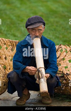 Garten-Worker bei Naigu Steinwald nimmt eine Raucherpause mit seiner Wasserpfeife Shilin County Yunnan China - Stockfoto