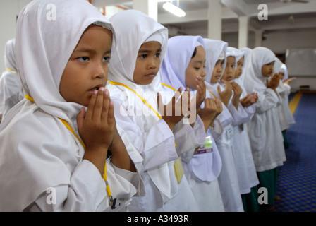 Primäre Stufe eins und Kindergarten Studenten während der Gebetszeit in einer Moschee, Kuala Lumpur, Malaysia - Stockfoto