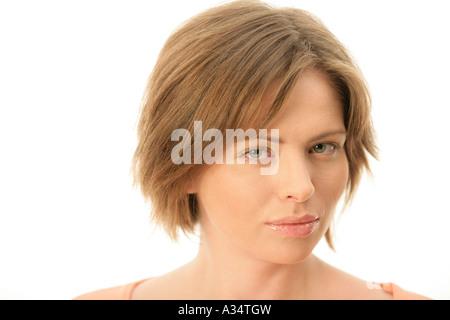 Junge Frau, die ernsthaft auf der Suche - Stockfoto