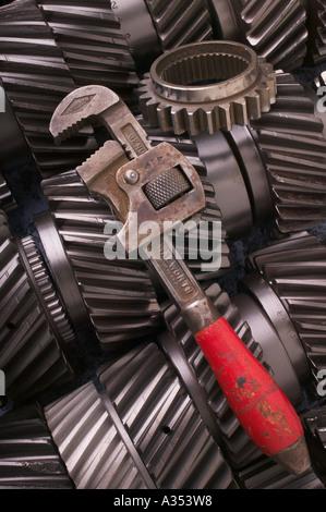 Schraubenschlüssel an Zahnrädern - Stockfoto