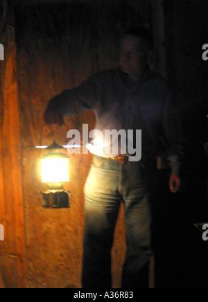 Mann mit Laterne im Dunkeln - Stockfoto