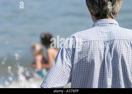 Mann wacht über junge Kinder beim spielen. - Stockfoto