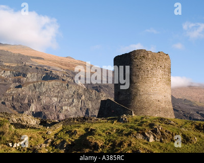 13. Jahrhundert Dolbadarn Burg auf hohen Felsvorsprung im Snowdonia National Park, Llanberis Gwynedd North Wales - Stockfoto