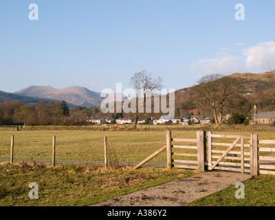 "Riverside Fußweg durch Feld mit Nantlle Ridge Snowdonia ""Nationalpark"" Beddgelert Gwynedd North Wales - Stockfoto"