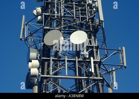 Ein Sendemast tragen Dutzende von Sendern und Empfängern - Stockfoto