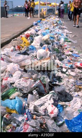 Müll am Strand von Brighton nach Fat Boy Slim Party August 2002 links - Stockfoto