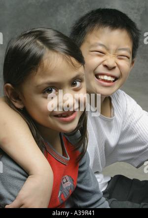 Zwei Kinder, eine kichern - Stockfoto