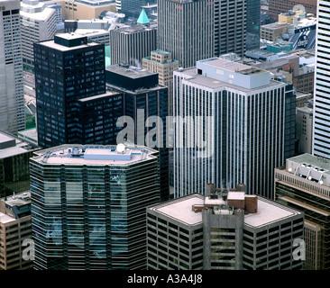 Blick hinunter auf Hochhaus Bürogebäude in der Innenstadt von Toronto, angesehen vom CN Tower. - Stockfoto