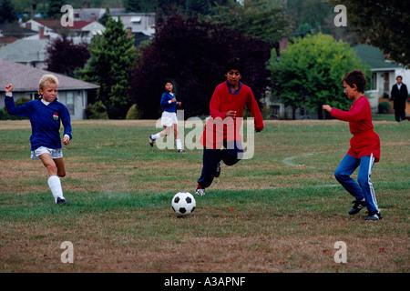 Jungen-Jugend-Fußball-Teams in Aktion auf einem Sportplatz in Beaconsfield Park in der Innenstadt von Vancouver - Stockfoto