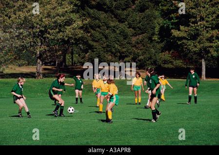Mädchen-Jugend-Fußball-Teams in Aktion auf einem Sportplatz im Memorial West Park in der Innenstadt von Vancouver - Stockfoto