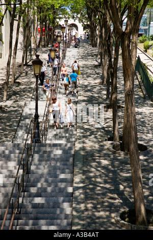 Frankreich-Ile de France Paris Montmartre Menschen im Schatten auf dem Baum gesäumt Schritte von der Rue Foyatier - Stockfoto