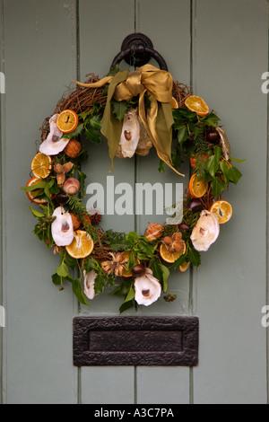 eine herk mmliche t r dekoriert zu weihnachten mit einem. Black Bedroom Furniture Sets. Home Design Ideas