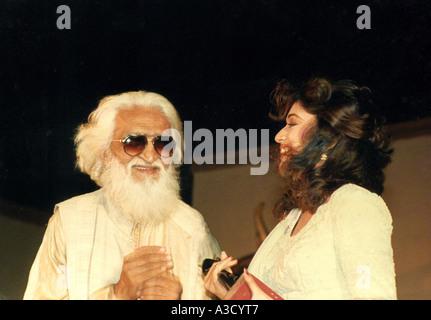 VCA76758 Maler M F Husain geben die besten Filmfare-Trophäe südasiatischen indischen Bollywood Film Schauspielerin - Stockfoto