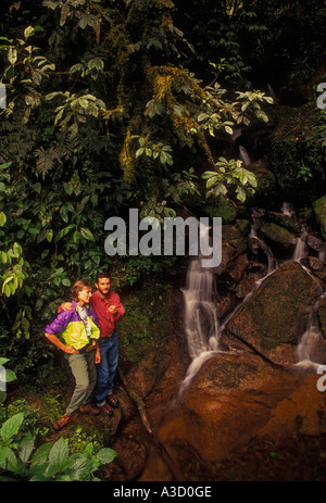 Brasilianischen Mann, brasilianische Frau, Paar, Naturalist, Wanderer, Wanderweg, Atlantischer Regenwald, Nationalpark - Stockfoto