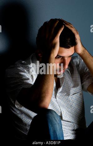 Nahaufnahme eines depressiven Menschen drinnen - Stockfoto