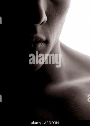 Kinn und Gesicht eines jungen Mannes mit Hintergrundbeleuchtung