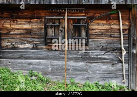 Sense und Rechen an eine hölzerne Wand des joser Alp, Hochschwab, Steiermark, Österreich - Stockfoto