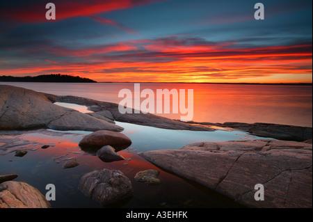 Sonnenuntergang am Oslofjord an Larkollen in Rygge Kommune, Østfold fylke, Norwegen. - Stockfoto