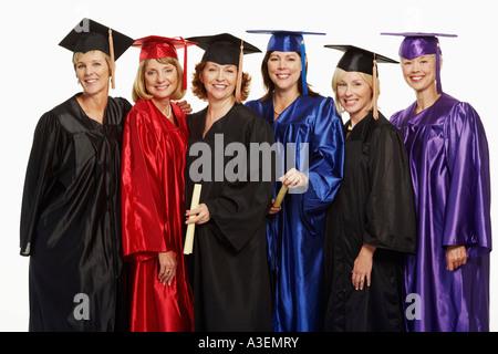 Porträt einer Gruppe von Reife Frauen tragen Graduierung Kleider - Stockfoto