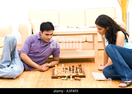Junges Paar beim Schachspiel - Stockfoto