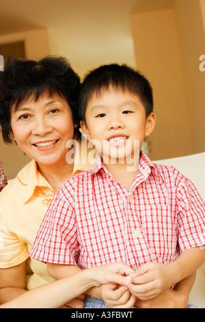 Nahaufnahme eines jungen lächelnd und sitzt mit seiner Großmutter