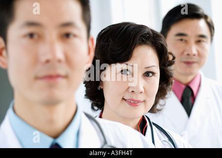Porträt von zwei männlichen Ärzten mit einer Ärztin - Stockfoto