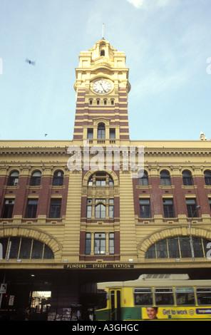 Der Bahnhof Flinders Street in der Innenstadt von Melbourne, Victoria, Australia - Stockfoto