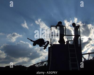 Skateboarder auf Rampe beim Wettbewerb in Rom - Stockfoto