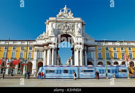 Portugal, Lissabon: Straßenbahn vorbei an den Triumph-Bogen am Praça Comercio Square - Stockfoto