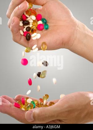Person mit Pillen und Kapseln - Stockfoto