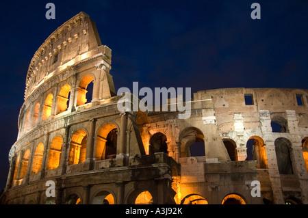 Außenansicht der am besten erhaltene Abschnitt der das Kolosseum bei Nacht, Rom Italien - Stockfoto