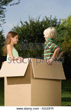 Jungen und Mädchen in einer box - Stockfoto