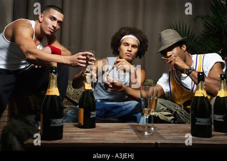 Freunde, toasten mit Champagner-Gläser - Stockfoto