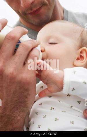 Vater Fütterung Baby - Stockfoto