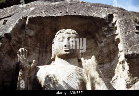 Die Sonne berührt die Spitze des Sasseruwa Buddha 11km von Aukana in Sri Lanka - Stockfoto