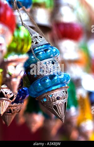 Buntes Glas und Silber Lampen hängen zum Verkauf an der Anjuna Hippiemarkt in Goa Indien - Stockfoto