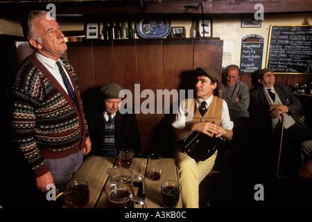"""Dorfkneipe, """"Kings Head"""" Laxfield Suffolk East Anglia Country-Songs gesungen und traditionelle Geschichten erzählt - Stockfoto"""