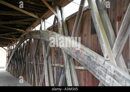 Interne Holzstütze Span Bogen in Johnson Creek Covered Bridge in Kentucky USA - Stockfoto